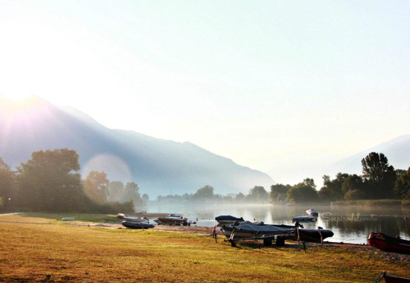 Il lago all'alba.